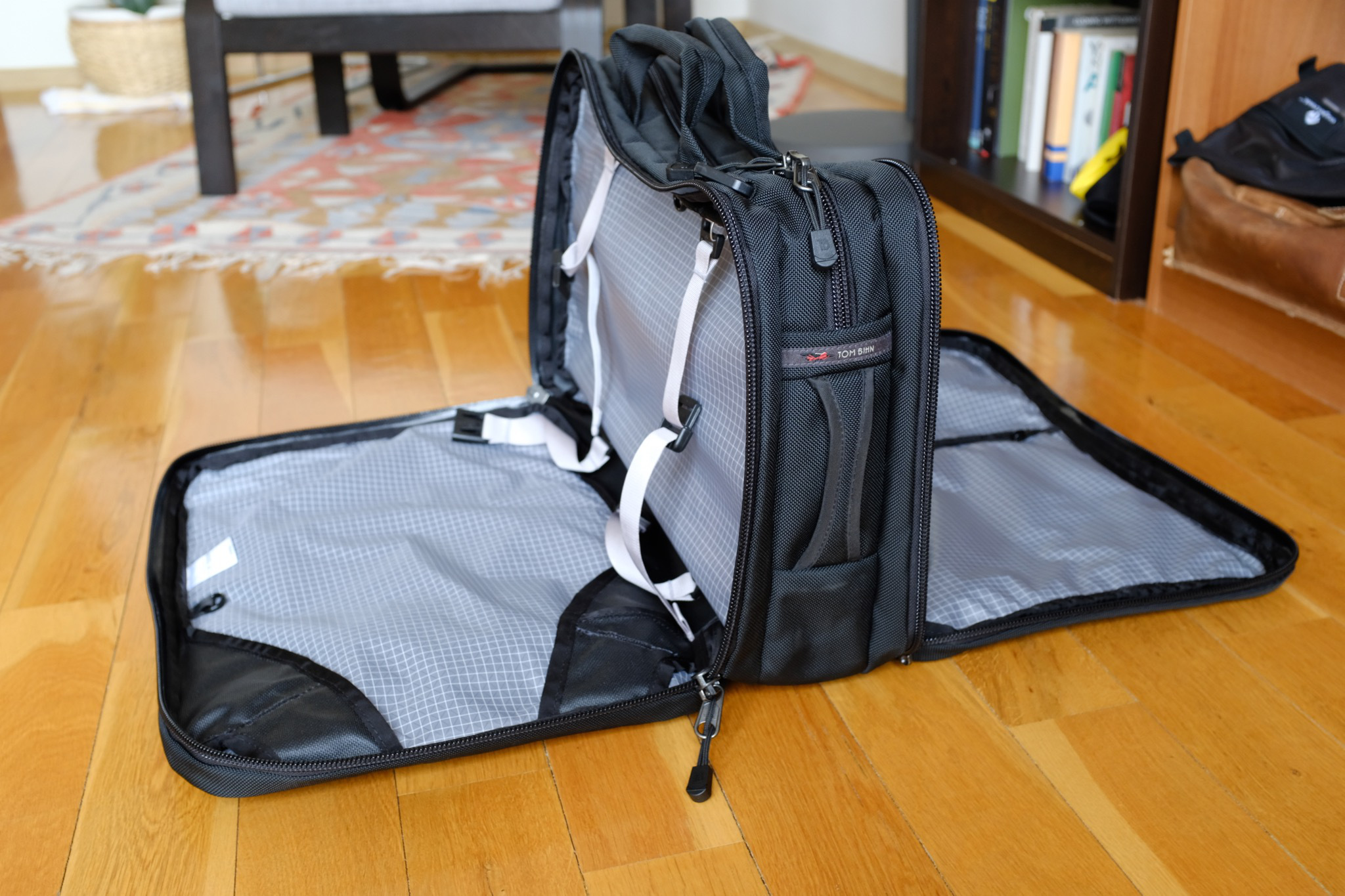 The front and back compartment can be laid out like a suitcase